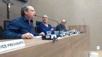 Diretor do Saae de Itabirito responde a perguntas de vereadores e fala sobre Projeto de Lei que trata de viagens internacionais