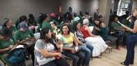 Garis respondem a questionários em evento dedicado a elas na Câmara